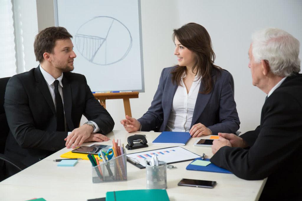 אישה ו2 גברים בפגישה