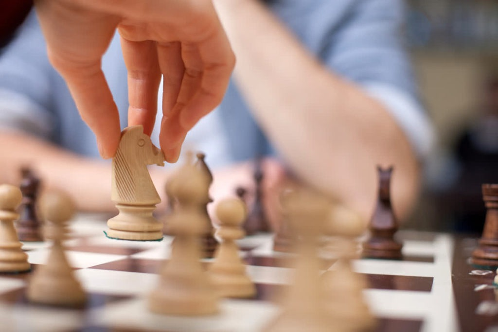 2 אנשים משחקים שחמט
