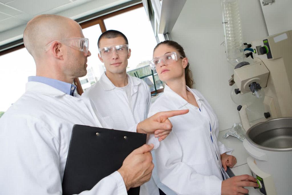 מדענים בזמן ניסוי