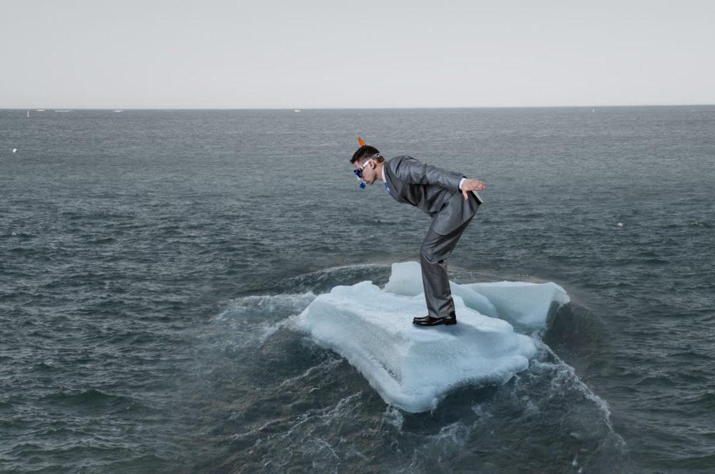 גבר עם שונרקל עומד על קרחון